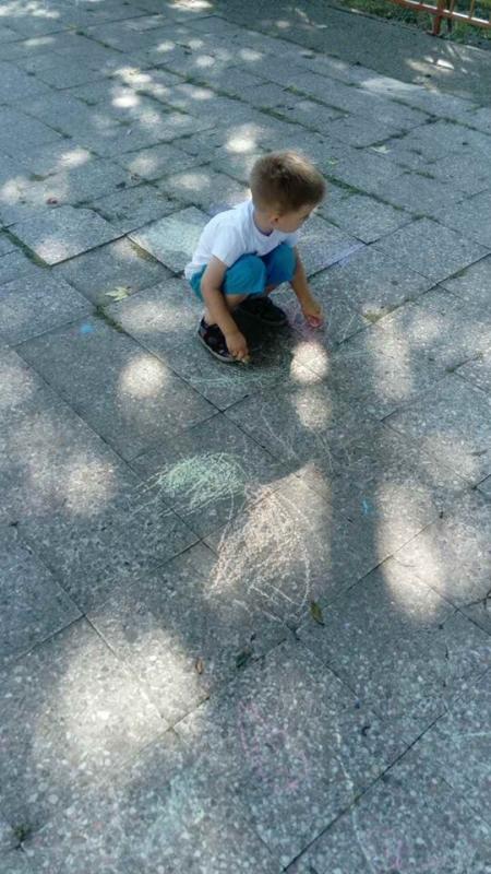 Цртање у дворишту