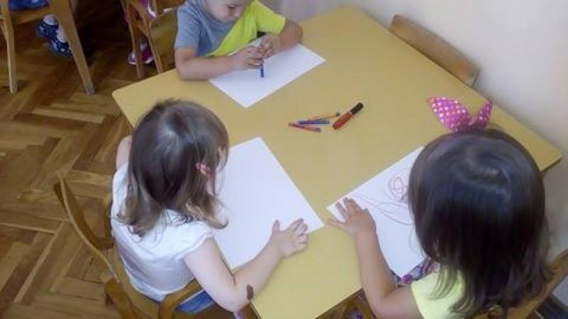 Графо-моторички развој кроз цртање воштаним бојама