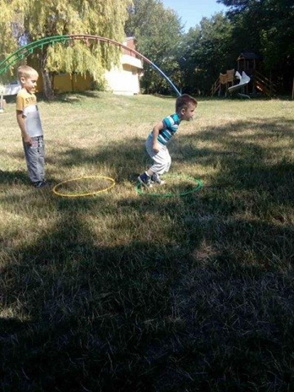 Вежбање у дворишту вртића