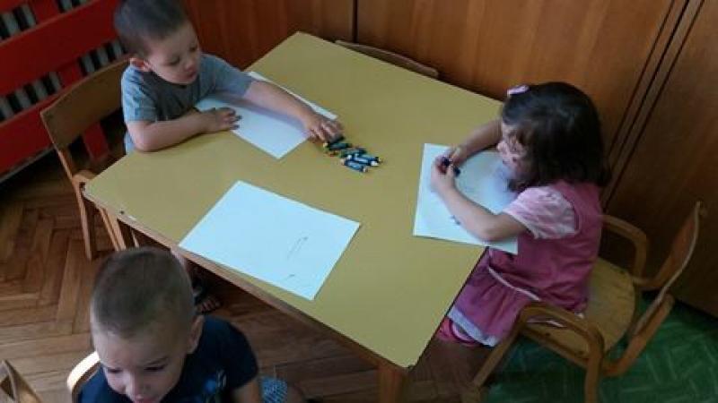 Цртање воштаним бојама у вртићу