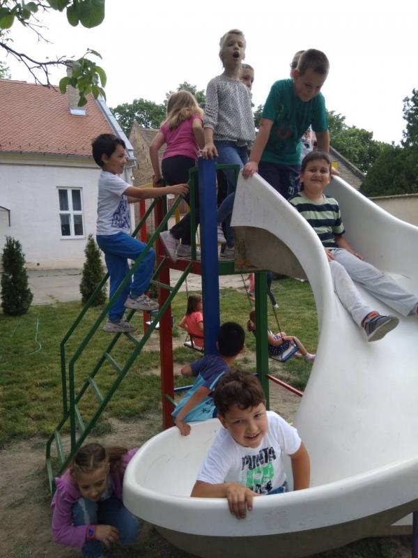 Игре по избору деце на дворишту вртића